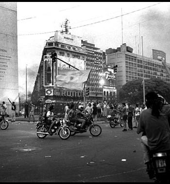 ARGENTINA:revuelta del 20 de diciembre 2001 en Buenos Aires  /Argentina.,Rebelion of the 20 dicembre in Buenos Aires / Argentina RŽvolte du 20 decembre 2001 ˆ Buenos Aires ©Pousthomis Nicolas NO ARCHIVO-NO ARCHIVE-ARCHIVIERUNG VERBOTEN!